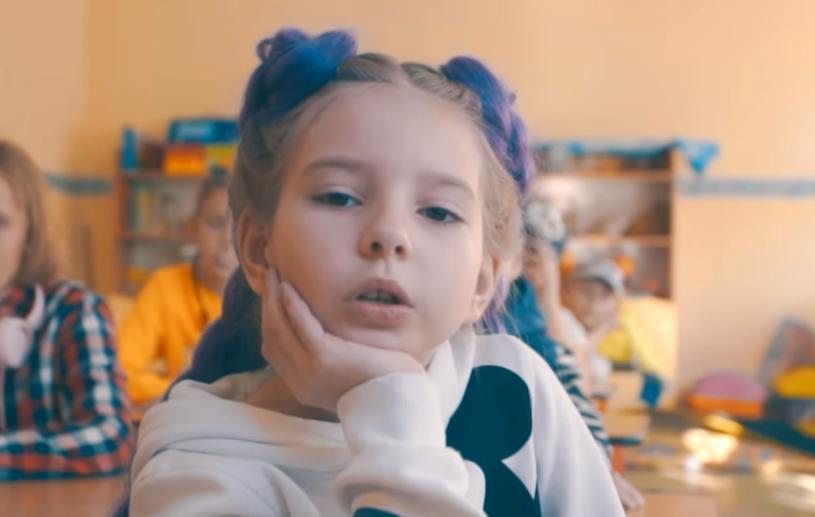 """""""Kylie Jenner"""" to utrzymany w klimacie młodzieżowym drugi singel Nadii Konkol, 9-letniej córki Adama Konkola, lidera grupy Łzy."""