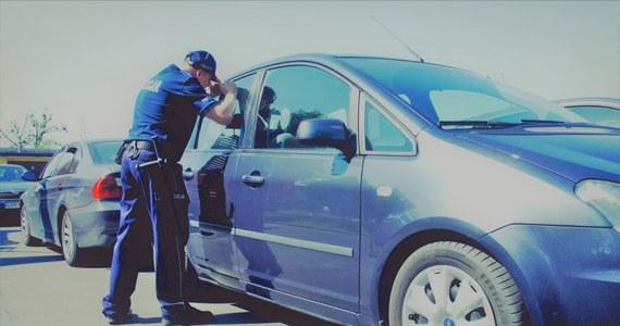W Łodzi policjanci dostali informację, że na parkingu w zamkniętym samochodzie siedzi mała dziewczynka. Z nieba lał się żar, dziecko mogło dostać udaru. Okazało się, że 4-letnią wnuczkę zostawił w aucie dziadek. Sam poszedł na zakupy do marketu.