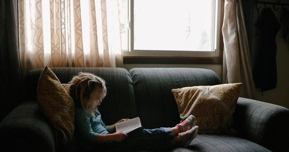 5-letnia dziewczynka spadła z wysokości ok. 4 metrów, z piętra rodzinnego domu w Karlinie w woj. Zachodniopomorskim. Jak informuje policja, po upadku dziecko wstało i o własnych siłach wróciło do domu.