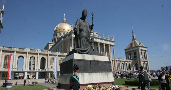 """Sprzed bazyliki w Licheniu Starym usunięty został pomnik Jana Pawła II, na którym znajdowała się też postać byłego kustosza sanktuarium Matki Bożej Licheńskiej. Historia dotycząca kapłana została przedstawiona w filmie dokumentalnym """"Tylko nie mów nikomu""""."""