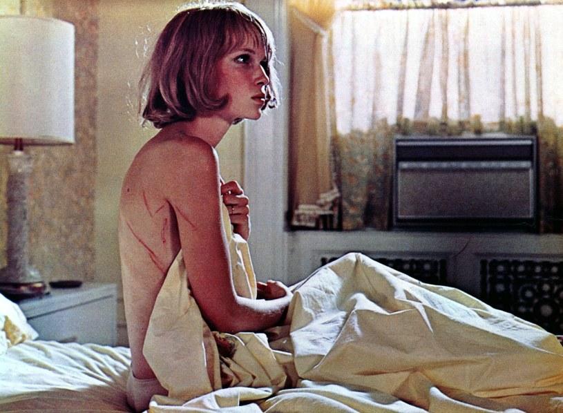 """Hipnotyzująca melodia, Mia Farrow jako zagubiona, prześladowana bohaterka i... szatan - to wszystko sprawiło, że film """"Dziecko Rosemary"""" Romana Polańskiego, który premierę miał 12 czerwca 1968 roku, wyznaczył nowy rozdział w kinie i w życiu reżysera."""