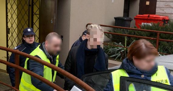 Do końca sierpnia sąd przedłużył tymczasowy areszt Piotra K. zwanego najmłodszym polskim milionerem. Mężczyzna - podejrzany o gigantyczne oszustwa na szkodę co najmniej 170 tysięcy osób w związku ze sprzedażą medykamentów - został w wigilię 2016 roku zatrzymany w Austrii. Od tego czasu jest w areszcie.