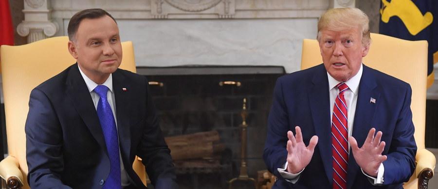 O zwiększeniu amerykańskiej obecności militarnej w Polsce, stanie demokracji w naszym kraju i kolejnej wizycie amerykańskiego prezydenta nad Wisłą mówili Donald Trump i Andrzej Duda podczas spotkania z dziennikarzami w Białym Domu, w pierwszym dniu pobytu polskiego prezydenta w Stanach Zjednoczonych. Pojawił się również wątek relacji polsko-rosyjskich.