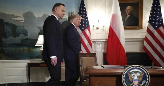"""Andrzej Duda i Donald Trump podpisali wspólną deklarację o współpracy obronnej w zakresie obecności sił zbrojnych Stanów Zjednoczonych na terytorium Polski. Podpisanie dokumentu miało miejsce w czasie rozpoczętej dzisiaj wizyty polskiego prezydenta w Waszyngtonie. Zgodnie z deklaracją, Stany Zjednoczone planują zwiększyć swoją aktualną obecność wojskową w Polsce o mniej więcej 1000 dodatkowych żołnierzy """"w najbliższej przyszłości""""."""