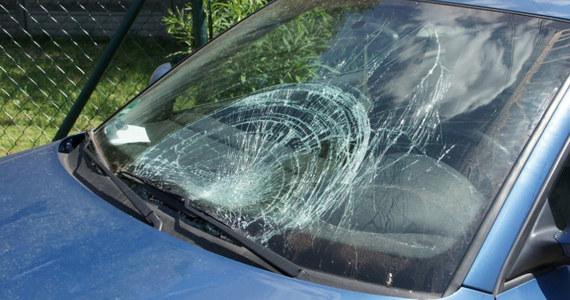 O krok od tragedii w Rybniku w Śląskiem: 21-letni kierowca potrącił tam dziewczynkę, wracającą poboczem drogi ze szkoły. Uciekł z miejsca wypadku, ale szybko został złapany. Badania wskazały, że był pod wpływem alkoholu, być może również narkotyków.