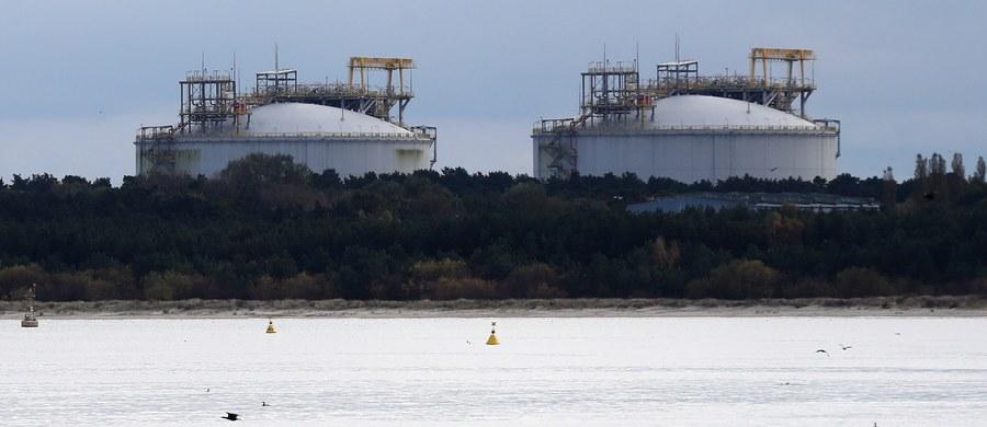 Podpisana właśnie umowa na dostawę do Polski 2 mld metrów sześciennych gazu ze Stanów Zjednoczonych warta jest około 8 mld dolarów - przekazał prezydent USA Donald Trump podczas wspólnej z prezydentem RP Andrzejem Dudą konferencji prasowej w Białym Domu. Tego dnia PGNiG poinformowało, że kupi w USA więcej skroplonego gazu ziemnego: polska spółka zakontraktowała od firmy Venture Global 1,5 mln ton LNG rocznie więcej przez 20 lat.
