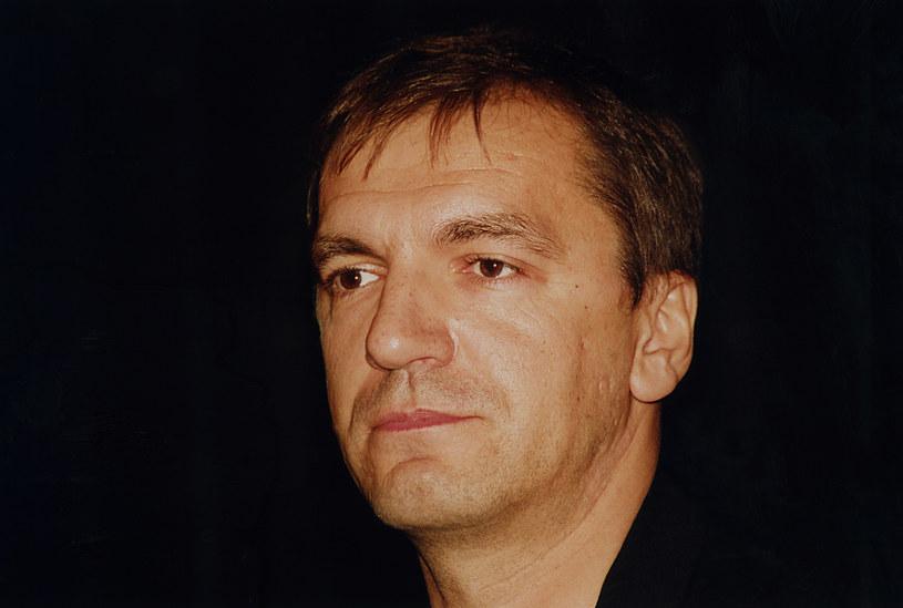 """Władysław Pasikowski jest jednym z najważniejszych polskich reżyserów, którzy rozpoczęli swoją karierę po 1989 roku. Jego debiut zelektryzował publiczność. Natomiast """"Psy"""" przeszły do historii jako brutalne rozliczenie z poprzednim ustrojem. Chociaż reżyser tworzy do dziś, nie udało mu się już powtórzyć sukcesu pierwszych produkcji. 14 czerwca 2019 Pasikowski skończył 60 lat."""