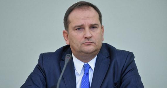 """Tomasz Arabski uznany winnym niedopełnienia obowiązków przy organizacji lotu do Smoleńska z 10 kwietnia 2010 roku - takie orzeczenie wydał Sąd Okręgowy w Warszawie. Były szef kancelarii premiera Donalda Tuska został skazany na 10 miesięcy więzienia w zawieszeniu na 2 lata. Wyrok jest nieprawomocny, a Arabski zapowiedział już w rozmowie z RMF FM apelację. """"Uważam, że wyrok jest właściwie absurdalny"""" - stwierdził."""