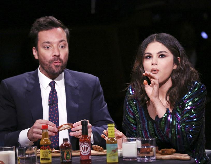 """Selena Gomez była gościem programu Jimmy'ego Fallona. Oprócz rozmowy o nowym albumie i filmie """"Truposze nie umierają"""", Gomez wzięła udział w zaskakującym wyzwaniu, polegającym na jedzeniu piekielnie ostrych skrzydełek."""