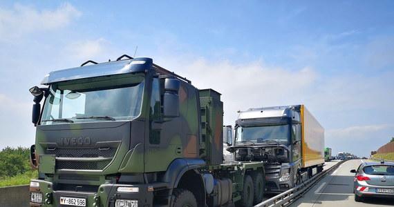 Dwaj żołnierze Bundeswehry zapobiegli katastrofie na autostradzie A4 na wysokości miejscowości Ronneburg. Zatrzymali pozbawioną kontroli ciężarówkę, za kierownicą której siedział - jak później okazało - martwy człowiek.