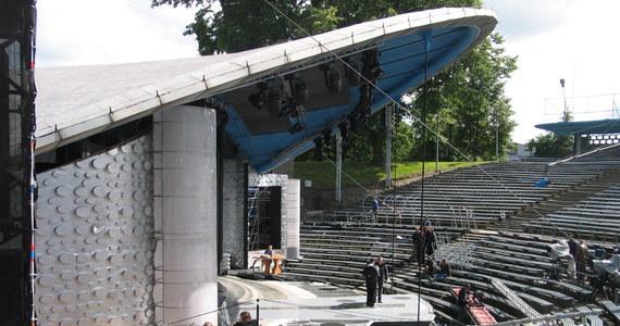 W amfiteatrze opolskim trwają ostatnie prace przy scenografii 56. Krajowego Festiwalu Polskiej Piosenki. Od dziś, przez cztery dni festiwalu, ponad stu artystów zaprezentuje 150 piosenek.
