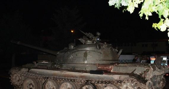 Pijany 49-latek wczoraj postanowił się przejechać czołgiem T-55 przez centrum Pajęczna. Mężczyzna został zatrzymany przez policję. Teraz za prowadzenie w stanie nietrzeźwości grozi kara do 2 lat pozbawienia wolności, natomiast za sprowadzenie bezpośredniego niebezpieczeństwa katastrofy w ruchu lądowym, wodnym lub powietrznym, grozi kara do lat 8.