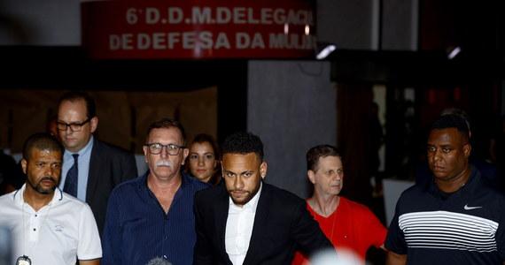 Około pięciu godzin trwało policyjne przesłuchanie w Sao Paulo gwiazdy brazylijskiej reprezentacji Neymara - poinformowała agencja AFP. 27-letni piłkarz jest oskarżany przez modelkę Najilę Trindade o gwałt.
