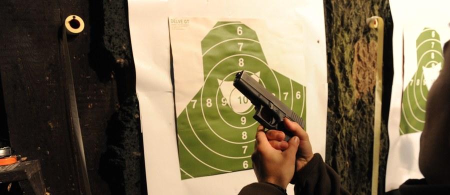 Tragedia na strzelnicy w miejscowości Nietoperek niedaleko Międzyrzecza w Lubuskiem: jak dowiedzieli się dziennikarze RMF FM, 23-letni mężczyzna śmiertelnie postrzelił tam instruktorkę. Okoliczności dramatycznych wydarzeń wyjaśniają prokuratura i policja: sprawę prowadzą pod kątem zabójstwa i usiłowania zabójstwa.
