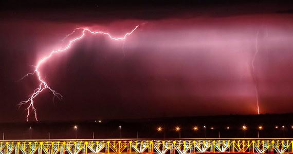 W nocy z piątku na sobotę spodziewane są burze na południowym wschodzie kraju. Instytut Meteorologii wydał w związku z tym ostrzeżenia dla Lubelskiego, Małopolski i Podkarpacia. Sobota w Polsce będzie upalna. Należy się także spodziewać gwałtownych burz. Ochłodzenie w kraju ma przyjść na początku tygodnia.