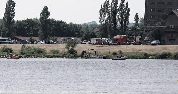 Samolot wykonujący akrobacje nad Wisłą w Płocku wpadł do wody - informujecie nas na Gorącą Linię RMF FM. Udało się wyłowić część maszyny i pilota. Niestety, mężczyzna nie żyje.