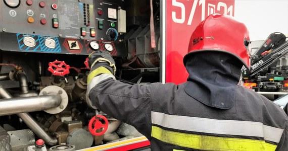 Tragiczny pożar w Chorzowie na Śląsku. Jedna osoba zginęła, a jedna trafiła do szpitala. Ogień pojawił się około 4 rano w jednym z mieszkań przy ulicy Maciejkowickiej.