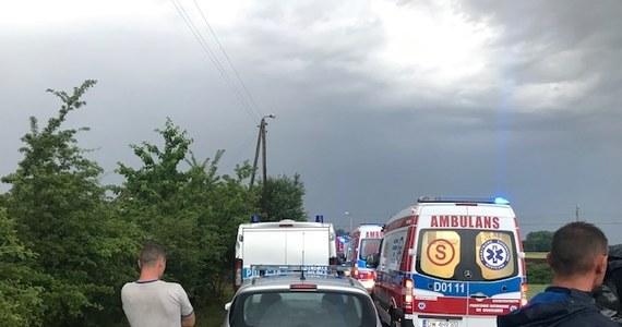 Śledczy pracują nad ustaleniem przyczyn tragicznego wypadku, do którego doszło wczoraj na przejeździe kolejowym w Nowej Wsi Kąckiej na Dolnym Śląsku. Na niestrzeżonym przejeździe samochód osobowy, którym jechało pięciu mężczyzn, wjechał wprost przed rozpędzony pociąg - wszyscy jadący autem zginęli.