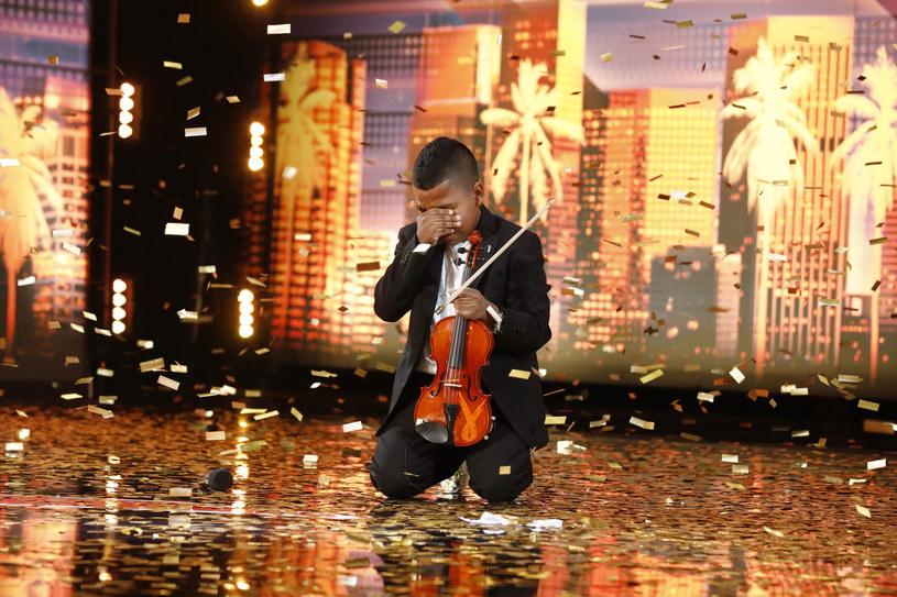 """11-letni skrzypek Tyler Butler-Figueroa w amerykańskim """"Mam talent"""" wywołał łzy wzruszenia wśród jury i widzów. Chłopiec awansował bezpośrednio do finału dzięki Złotemu Przyciskowi, który wcisnął Simon Cowell."""