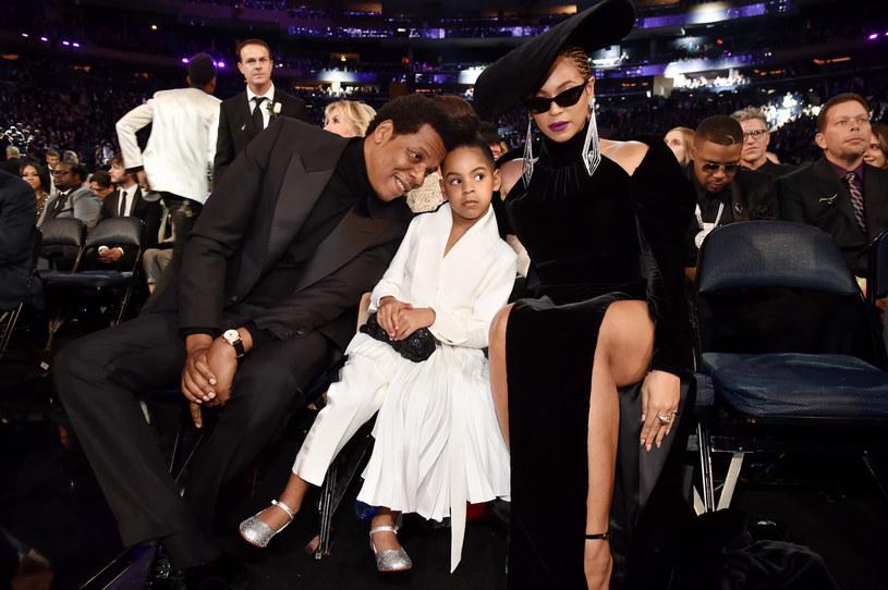 Córka Beyonce i Jaya-Z ma zaledwie 7 lat. Dziewczynka, która jest oczkiem w głowie swoich rodziców, już od najmłodszych lat uczy się tańca, a trafiające co jakiś czas do sieci filmiki pokazują, że idzie jej coraz lepiej. Czy pójdzie drogą swoich rodziców i też zostanie gwiazdą? Zobaczcie filmik, który został nagrany podczas jej najnowszego występu.