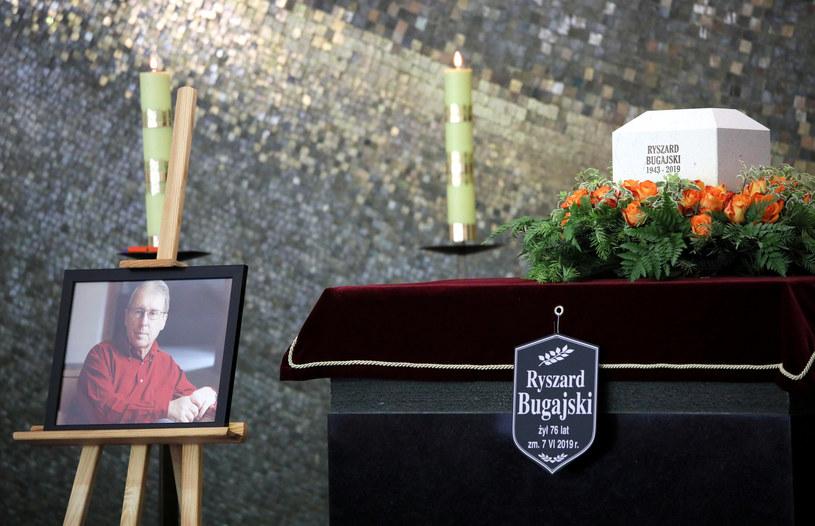 """Na Powązkach Wojskowych w Warszawie odbył się pogrzeb Ryszarda Bugajskiego. Reżyser, scenarzysta i pisarz, twórca tak głośnych filmów, jak """"Przesłuchanie"""", """"Generał Nil"""", """"Układ zamknięty"""" oraz """"Zaćma"""", zmarł 7 czerwca. Miał 76 lat."""