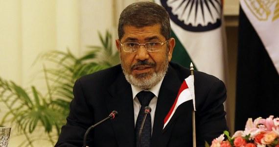 Były prezydent Egiptu Mohamed Mursi zmarł w sądzie - podała państwowa telewizja. Polityk zemdlał w trakcie procesu, a po chwili stwierdzono jego zgon.