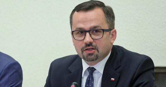 Od odpowiedzialności karnej Tusk raczej się uwolni, ale ponosi odpowiedzialność polityczną za wzrost luki VAT w latach 2007-2015 - powiedział Marcin Horała, szef komisji śledczej ds. VAT po przesłuchaniu byłego premiera Donalda Tuska.