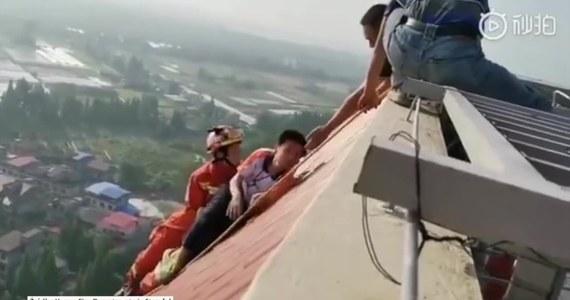 Strażacy w Yiyang w południowych Chinach przybyli na ratunek chłopcu, który wspiął się na dach 28-piętrowego budynku. Asekurowany liną strażak zdołał złapać skulonego na krawędzi dachu chłopca i przeciągnąć go w bezpieczne miejsce. Według ratowników, uczeń szkoły podstawowej próbował popełnić samobójstwo. Przed podjęciem akcji, ratownicy rozmawiali z chłopcem, aby go uspokoić.
