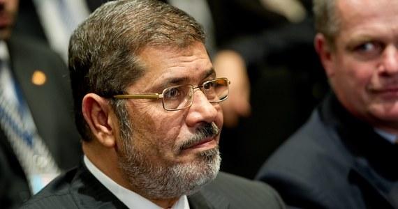 Były prezydent Egiptu Mohammed Mursi zmarł w sądzie w wyniku ataku serca – podały władze i źródła medyczne. Dziś został pochowany w Kairze.