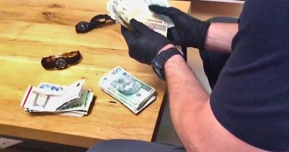 6 osób zatrzymanych w związku z nielegalnym handlem suszem tytoniowym. Straty Skarbu Państwa z tytułu niezapłaconych podatków szacuje się na ponad 292 mln zł.
