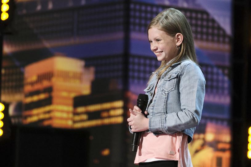 """12-letnia Ansley Burns to kolejna uczestniczka, która w spektakularny sposób zaprezentowała się w amerykańskim """"Mam talent"""". Młoda wokalistka musiała powtórzyć swój występ, po tym, jak Simon Cowell przerwał jej i kazał zaśpiewać a cappella."""