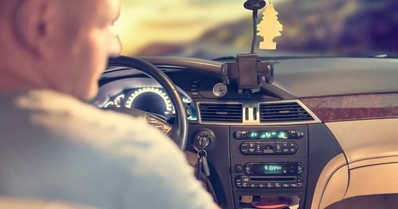 Szczecińscy policjanci szukają mężczyzny, który próbował nakłaniać dwie dziewczynki, żeby wsiadły do jego samochodu. Nie dały się zwabić i później powiedziały dorosłym o tym, co się stało.