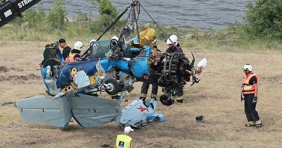 Masywne, wielonarządowe obrażenia głowy i klatki piersiowej, jak wynika z przeprowadzonej sekcji zwłok, były przyczyną śmierci pilota Jaka-52, który w sobotę zginął podczas Pikniku Lotniczego w Płocku (Mazowieckie), gdy jego samolot z nieustalonych na razie przyczyn rozbił się na Wiśle.