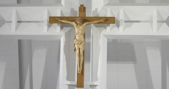 Policjanci zatrzymali 22-letniego mężczyznę, który w ubiegłym tygodniu zdewastował kościół pod wezwaniem św. Maksymiliana Kolbe w Koninie (Wielkopolskie). Mężczyzna usłyszał zarzut uszkodzenia mienia. Grozi mu od 3 miesięcy do 5 lat więzienia.
