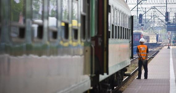 """Ponownie powraca sprawa pociągu """"Gwarek"""", w którym zmarł 75-letni mężczyzna. Pasażerowie przez kilka godzin stali w pełnym słońcu, w nieklimatyzowanym pociągu. PKP Intercity informuje, że można ubiegać się o zwrot kosztów za bilet jeśli tylko zgłosi się reklamację. Jedna z pasażerek w rozmowie z Onetem zapewnia, że """"na reklamacji się nie skończy""""."""