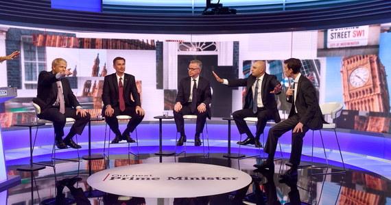 Pięciu kandydatów do objęcia stanowiska lidera Partii Konserwatywnej i premiera Wielkiej Brytanii wzięło we wtorek wieczorem udział w debacie telewizyjnej. Podkreślano różnice zdań dotyczące m.in. wyjścia z Unii Europejskiej, podatków i ochrony środowiska.