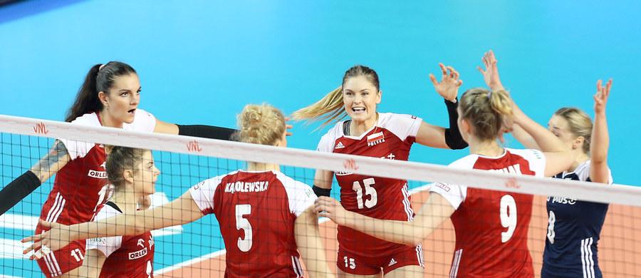 Polskie siatkarki pokonały w koreańskim Boryeong Dominikanę 3:2 (25:18, 25:20, 23:25, 22:25, 17:15) w przedostatnim meczu rundy zasadniczej Ligi Narodów. W czwartek zmierzą się z gospodarzem turnieju i jeśli wygrają, awansują do Final Six.