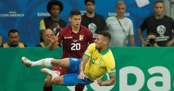 """Brazylia, która jest gospodarzem turnieju Copa America - mistrzostw strefy południowoamerykańskiej, we wtorek zremisowała z Wenezuelą 0:0. Kibice niezadowoleni z postawy """"Canarinhos"""" buczeli, gwizdali, a nawet dopingowali rywali."""