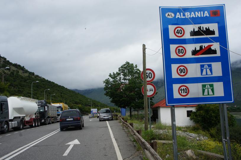 Spotyka się z albańską kobietą