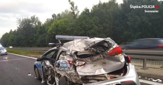 Z poważnymi obrażeniami głowy i klatki piersiowej trafili do szpitala dwaj policjanci, w których radiowóz uderzyła na S1 w Sosnowcu cysterna. Do groźnego wypadku doszło przed drugą w nocy na nitce w kierunku Łodzi.