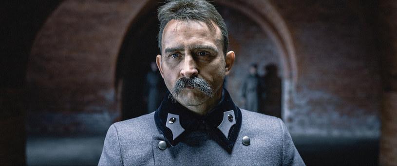 """Choć Borys Szyc prezentuje zupełnie inny typ urody niż Józef Piłsudski, dzięki staraniom """"filmowych czarodziejów"""" bardzo upodobnił się do Marszałka. Dla roli w produkcji """"Piłsudski"""", schudł 10 kilogramów i spędzał wiele godzin w charakteryzatorni."""