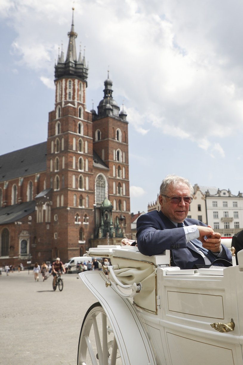 Krzysztof Zanussi świętował w środę, 19 czerwca, w Krakowie swoje 80. urodziny, 60-lecie debiutu filmowego i 40-lecie debiutu teatralnego. Tu przeżyłem koniec wojny i stawiałem swoje pierwsze kroki na UJ, potem robiłem bardzo wiele filmów i mam wielu przyjaciół - mówił dziennikarzom.