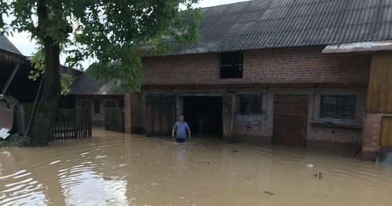 To nie była spokojna doba dla strażaków. W związku z burzami, intensywnymi opadami deszczu, gradem i silnym wiatrem, które przeszły przez Polskę, tylko wczoraj straż pożarna interweniowała prawie 400 razy. Wskutek nawałnic ranne zostały dwie osoby.