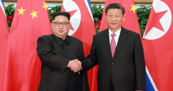 Lider Korei Północnej Kim Dzong Un przywitał odwiedzającego ten kraj po raz pierwszy prezydenta Chin Xi Jinpinga na lotnisku w Pjongjangu, a później obaj przywódcy odbyli rozmowy - przekazały chińskie media, nie podając szczegółów na temat tych rozmów.