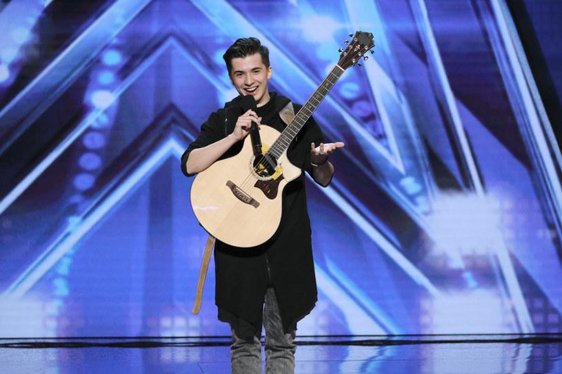 """Polski gitarzysta Marcin Patrzałek wystąpił w obecnym sezonie amerykańskiego """"Mam talent"""". Muzykowi udało się zrobić piorunujące wrażenie na jurorach. Zobacz jego występ!"""