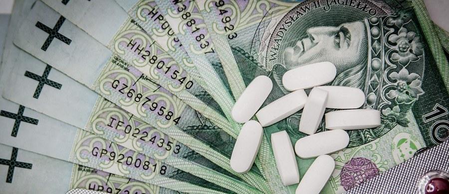 Droższe leki dla chorych na schizofrenię i raka prostaty, a także wyższe ceny mleka dla dzieci z alergią. Tańsze preparaty dla osób z chorobą Alzheimera i cukrzycą typu pierwszego. Takie zmiany zakłada opublikowany właśnie projekt nowej listy leków refundowanych. Wykaz w życie wejdzie pierwszego lipca. Na razie trafił do konsultacji.