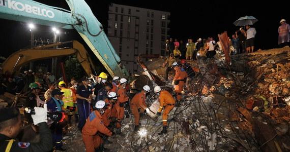 Już co najmniej 13 osób zginęło, a 23 zostało rannych, gdy w sobotę zawalił się sześciopiętrowy budynek wznoszony w Sihanoukville, największym kurorcie Kambodży - poinformowały lokalne władze. Wielu robotników uważa się za zaginionych. Trwa akcja ratunkowa.