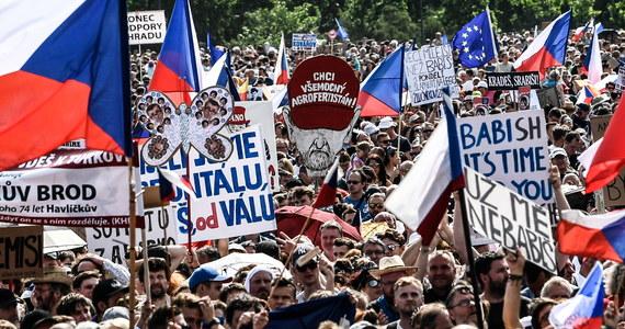 """Co najmniej 258 tys. osób protestowało w niedzielę w Pradze przeciw premierowi Czech Andrejowi Babiszowi i minister sprawiedliwości Marie Beneszovej. Organizatorzy z inicjatywy """"Milion chwil dla demokracji"""" zapewnili, że nie zamierzają tworzyć partii politycznej."""