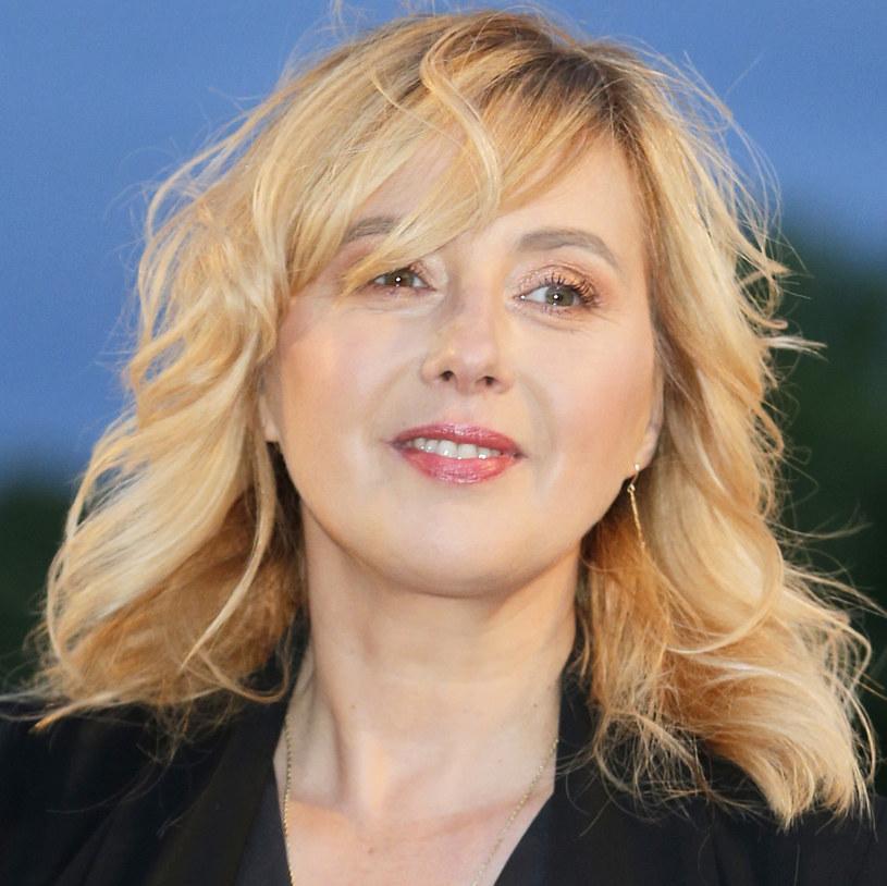 Fani z entuzjazmem przyjęli nową fryzurę Edyty Bartosiewicz. Wokalistka wróciła do grzywki i ciemnych włosów z początków swojej kariery. Wciąż za to nie wiadomo, kiedy doczekamy się nowych piosenek.