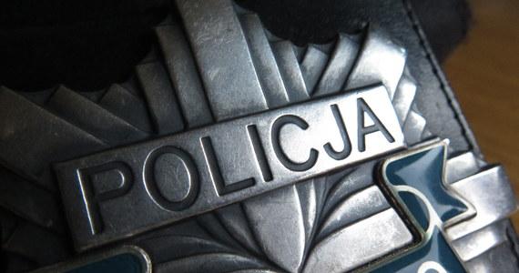 Policjanci szukają mężczyzny, który wczoraj po południu napadł na zakład bukmacherski w centrum Łomży w województwie podlaskim.